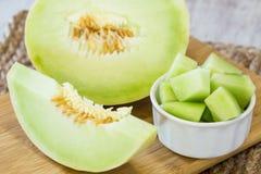 Melone di melata sul tagliere di legno per l'alimento di prima colazione Fotografia Stock Libera da Diritti