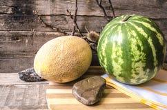 Melone ed anguria maturi con l'asciugamano di cucina Fotografie Stock