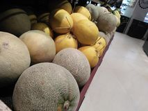 Melone fresco e sembrare che tentano di comprare fotografia stock libera da diritti