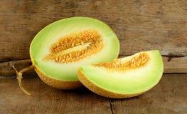 Melone giallo del cantalupo sui precedenti di legno fotografia stock libera da diritti
