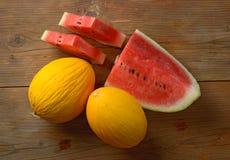 Melone giallo ed anguria rossa sulla tavola di legno - frutta siciliana Immagini Stock Libere da Diritti