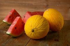 Melone giallo ed anguria rossa sulla tavola di legno - frutta siciliana Immagine Stock Libera da Diritti