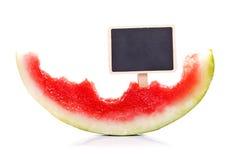Melone mangiato per metà con la lavagna fotografia stock