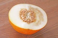 Melone mezzo in un taglio Semi di girasole, semi del melone nel taglio immagine stock