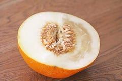 Melone mezzo in un taglio Semi di girasole, semi del melone nel taglio immagine stock libera da diritti