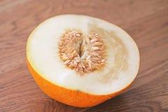 Melone mezzo in un taglio Semi di girasole, semi del melone nel taglio immagini stock libere da diritti