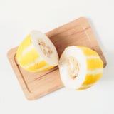 Melone orientale coreano sul vassoio di legno isolato su fondo bianco Fotografia Stock Libera da Diritti