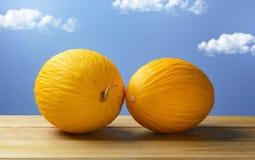 Melone siciliano giallo sulla tavola di legno con cielo blu nel backgroun Immagine Stock Libera da Diritti