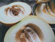 Melone tagliato a metà e sui coltelli Fotografia Stock Libera da Diritti