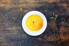 Melone und getrockneter Kamillenabschluß herauf Ansicht über dunklen Hintergrund Lizenzfreie Stockfotos
