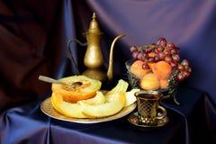 Melone, uva, tazza di caffè d'annata e caffettiera Fotografia Stock Libera da Diritti