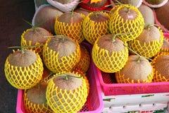 Melonen in einem rosa Korb stockbild