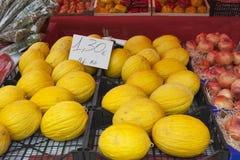 Melonen mit Preis im Straßenmarkt Stockbilder