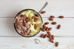 Melonen- und SchokoladenEiscreme mit Mandeln in den Hintergrundwaffelschalen Stockbild