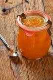 Melonenmarmelade in einem Einmachglas mit einem Löffel Stockbild