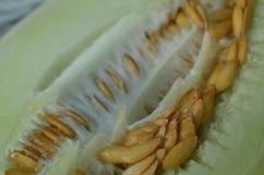 Melonensamen innerhalb der Hälfte einer süßen Melone Stockbilder