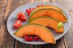 Melonenscheibe und -beere stockbilder