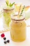 Melonensmoothie und -salat in 2 Gläsern Stockfotografie