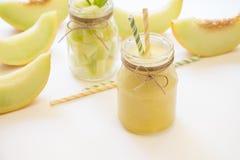 Melonensmoothie und -salat in 2 Gläsern Stockfoto