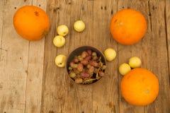 Melones y nectarinas en una tabla de madera imágenes de archivo libres de regalías