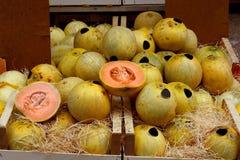 Meloni di melata da vendere sul mercato immagini stock
