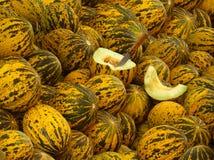 Meloni gialli su un servizio del paese Immagine Stock