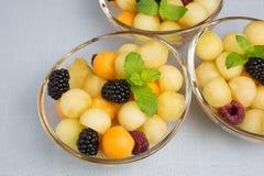 Melonowe piłki z jagodami Zdjęcia Royalty Free