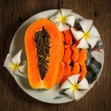 melonowiec świeża owoc na naczyniu na stary drewnianym Ranek zmierzchu kawaler zdjęcia royalty free