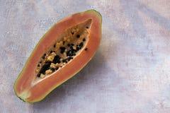 Melonowiec Carica melonowiec jest egzotycznym, smakowitym, s?odkim owoc, Melonowa chlebowa drzewna owoc przeciw r??owemu t?u zdjęcia stock