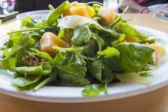 Melons d'héritage avec de la salade verte d'Arugula photographie stock libre de droits