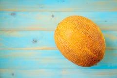 Melons frais sur la vieille table en bois bleue Photos libres de droits
