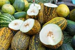 Melony ciący w połówkach wypiętrzać zdjęcia stock
