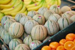 Melony na rolniku wprowadzać na rynek w Paryż, Francja obraz royalty free