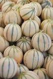 Melony na rolniku wprowadzać na rynek w Paryż, Francja obraz stock