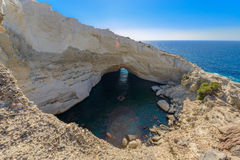 在Melos海岛,希腊的Sykia洞 免版税库存照片