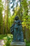 Melpomene铜雕塑-悲剧冥想,与一个悲剧的面具 Pavlovsk,俄罗斯 免版税库存照片