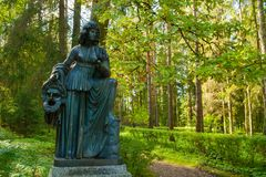 Melpomene铜雕塑-悲剧冥想,与一个悲剧的面具 Pavlovsk,圣彼德堡,俄罗斯 免版税库存照片