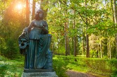 Melpomene铜雕塑-悲剧冥想,与一个悲剧的面具 Pavlovsk,圣彼德堡,俄罗斯 库存照片