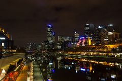 MELRBOURNE Australia, Maj, - 2015 miasta linia horyzontu i Yarra rzeka przy nocą obrazy royalty free