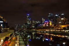 MELRBOURNE, Australia - mayo de 2015 horizonte de la ciudad y río de Yarra en la noche imágenes de archivo libres de regalías