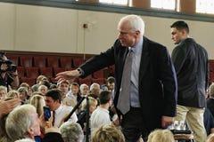 Senator John McCain, der Hände rüttelt Lizenzfreies Stockfoto