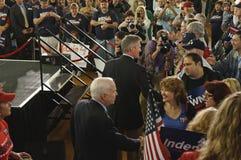 McCain und Brown, die Hände rütteln Stockbild