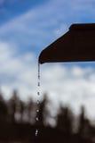 Melt-vatten i berg arkivfoto