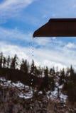 Melt-vatten i berg arkivbild