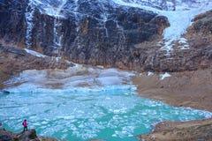 Melt-vatten sjö nedanför monteringen Edith Cavell fotografering för bildbyråer