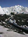 Meltwater que cinzela um canal na geleira de Matanuska imagens de stock