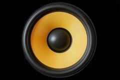 Membrana do Subwoofer ou orador dinâmico do som isolado no fundo preto, fim de alta fidelidade amarelo do altifalante acima Imagens de Stock