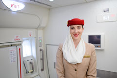Membre d'équipage d'émirats dans des avions d'Airbus A380 Image stock