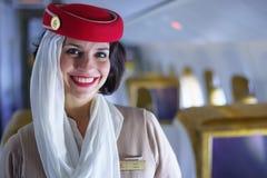 Membre d'équipage d'émirats dans des avions de Boeing 777-300ER Photos libres de droits