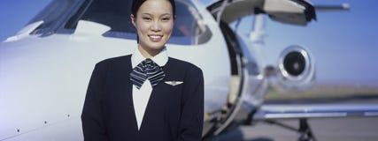 Membre d'avion se tenant prêt d'équipage des aéronefs Image stock
